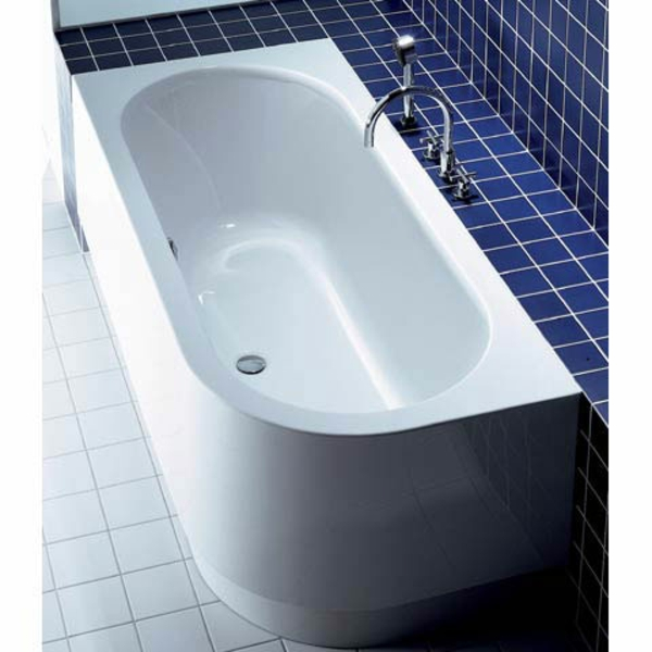 blaue-badfliesen-und-weiße-badewanne-mit-schürze