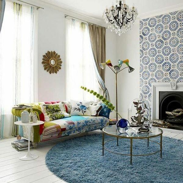 blauer-runder-teppich-im-wohnzimmer-mit-schönen-tapeten-neben-einem-kamin