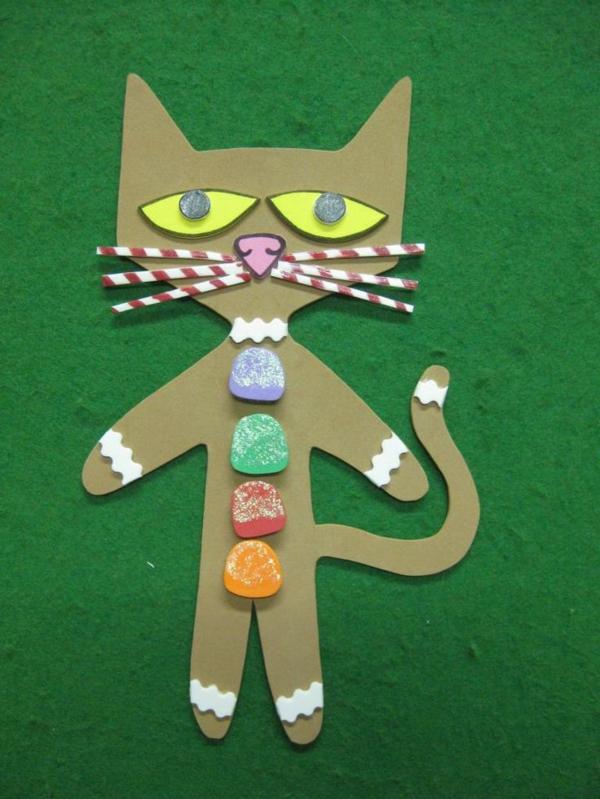 bastelideen für kindergarten - eine papier katze - hintergrund in grüner farbe