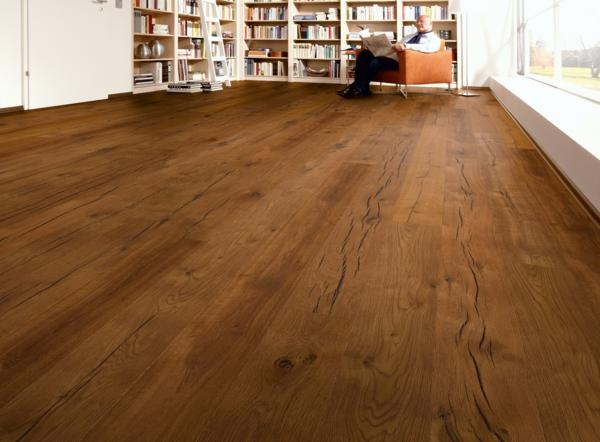 charmante--gemütliche-Ambiente-mit-Bodenbelag-aus-Holz-