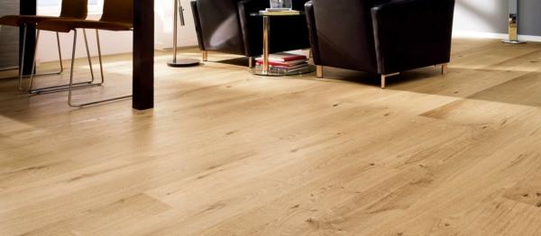 -charmante-gemütliche-Ambiente-mit-Bodenbelag-aus-Holz-