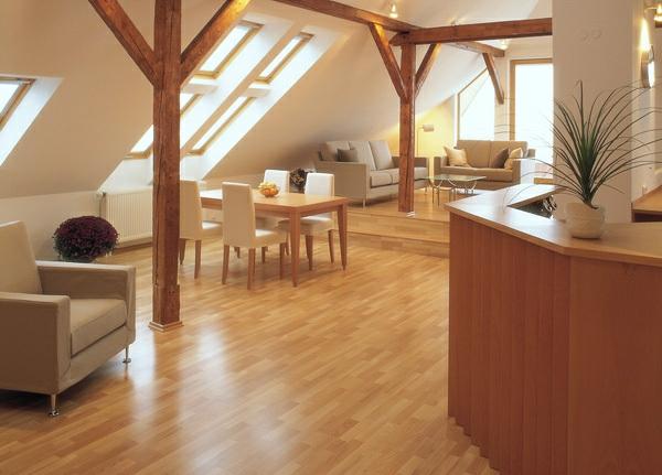 charmante-gemütliche-Ambiente-mit-Bodenbelag--aus-Holz