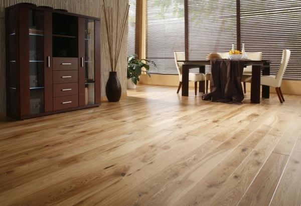 -charmante-gemütliche-Ambiente-mit-Bodenbelag-aus-Holz