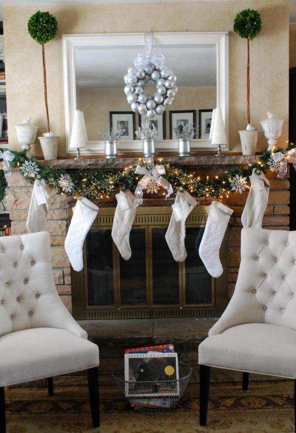 weiße weihnachtsdeko - spiegel mit einem kranz darauf