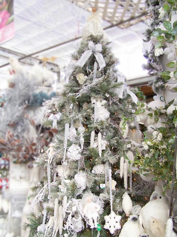 weiße weihnachtsdeko - schöne schleifen auf den weihnachtsbäumen