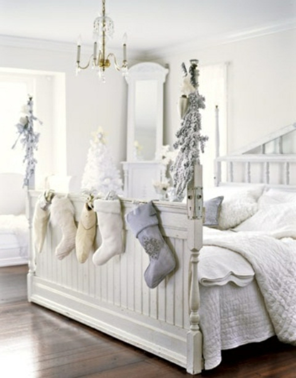 weiße weihnachtsdeko - socken hängen am bett