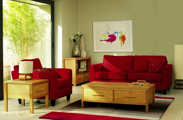 wohnzimmer einrichten - rotes sofa und hölzerner tisch