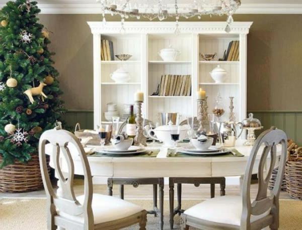 weiße weihnachtsdeko -elegantes esszimmer mit einem großen schrank