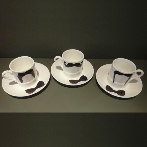 coole-lustige-weiße-espressotasse - hintergrund in grau