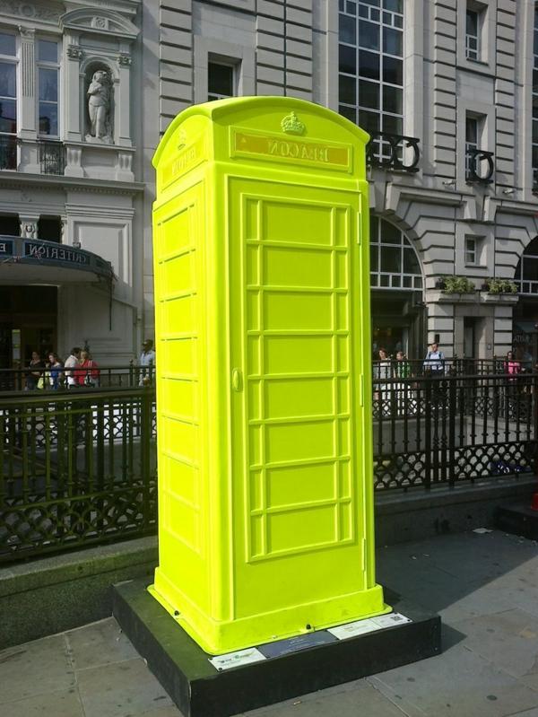 coole-und-ganz-kreativ-gestaltete-Telefonkabine-in-fluoreszierender-farbe