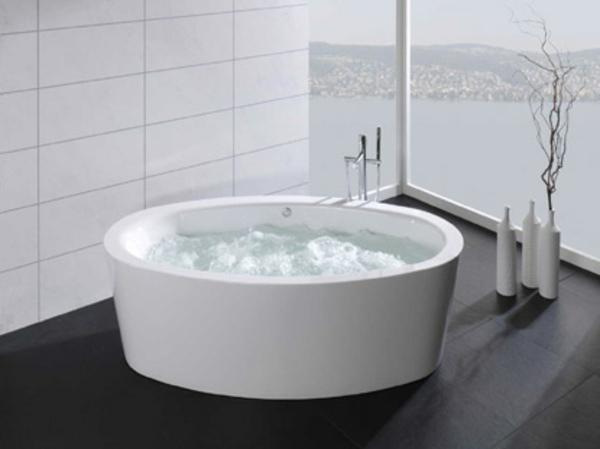 cooles-modell-von-badewanne-mit-schürze - glaswand im modernen badezimmer