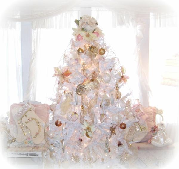weiße weihnachtsdeko - schöner weihnachtsbaum im zimmer