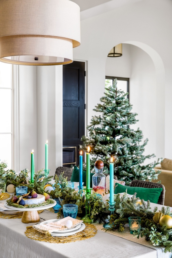deko ideen weihnachten, großer weihnachtsbaum, blaue und grüne kerzen, wohnung festlich dekorieren