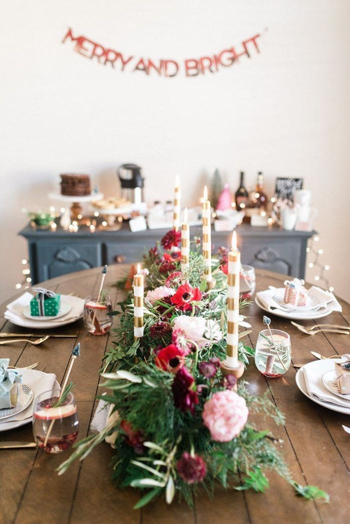 deko ideen wiehnachten, rustikale tischdeko, esstisch dekorieren, tischmittelpunkt aus blumen und zweigen