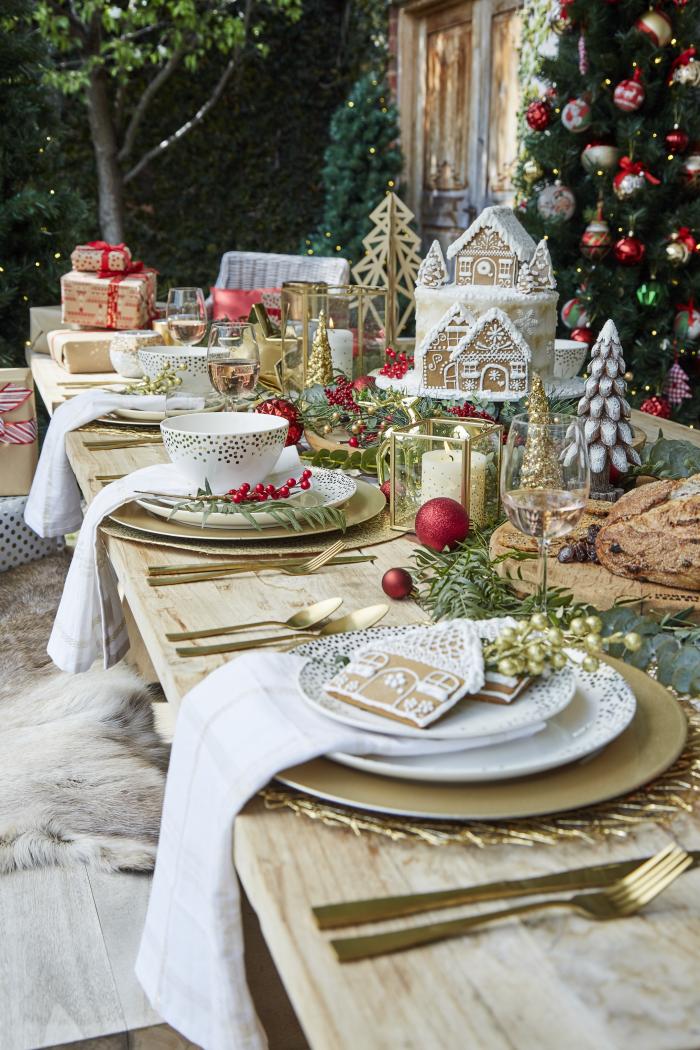 deko ideen wiehanchten, weihanchtliche tischdekoration in gold und rot, kleine geschenke