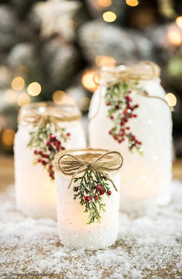 Windlichter selber machen, Einmachgläser mit künstlichem Schnee besprühen, mit Mistel und Wollfaden dekorieren