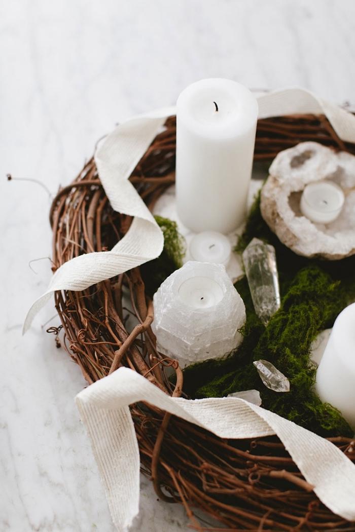 deko weihnachten selber machen, tischmittelpunkt basteln, kranz gefüllt mit moos, kristallen und weißen kerzen