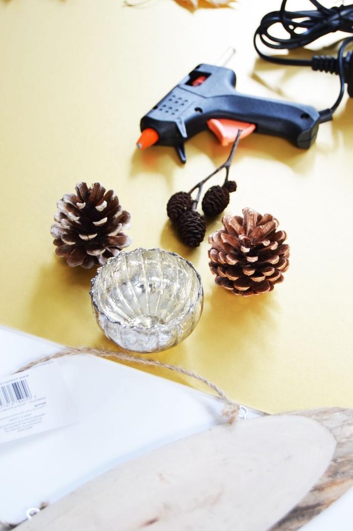 deko weihanchten selber machen, silberner teelichthalter, tannenzapfen dekorieren