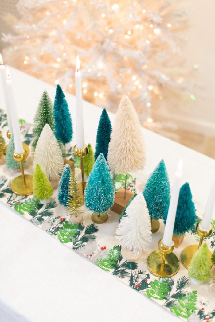 deko wiehanchten selber machen, tischläufer mit floralen motiven, kleine bunte tannenbäume