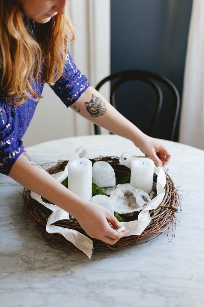 deko weihanchten selber machen, weihanchtliche tischdekoration, weiße kerzen, tischmittelpunkt