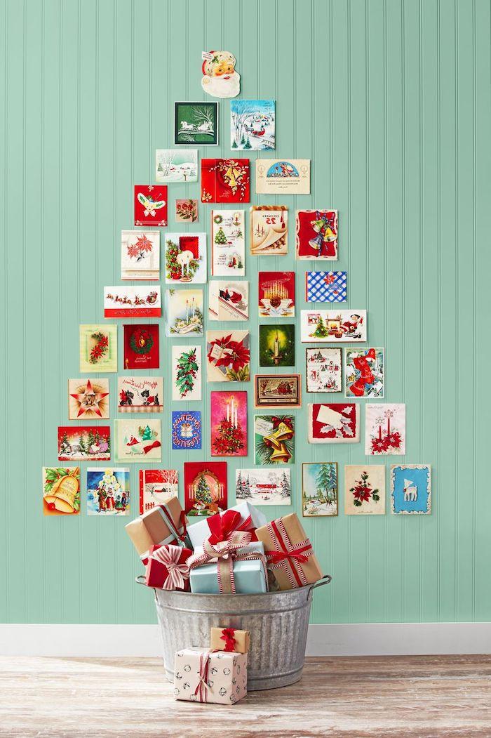 Tolle Alternative zum klassischen Weihnachtsbaum, Karten in Form von Tannenbaum an die Wand kleben, Weihnachtsgeschenke in Eimer