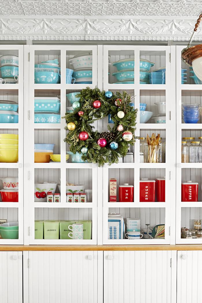 Weihnachtsdeko Idee, Weihnachtskranz aus echten Tannenzweigen, geschmückt mit bunten Christbaumkugeln und Tannenzapfen