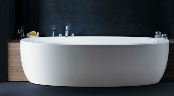 dunkle-wände-und-weiße-badewanne-mit-schürze