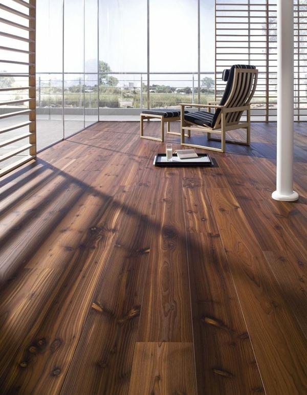 dunkler-Holzboden-elegante-Atmosphäre-im-Zimmer