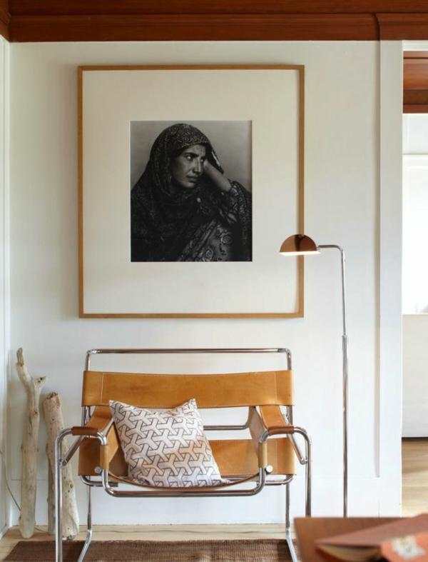 eine-Sitzbank-im-Flur-und-ein-Bild-an-der-Wand