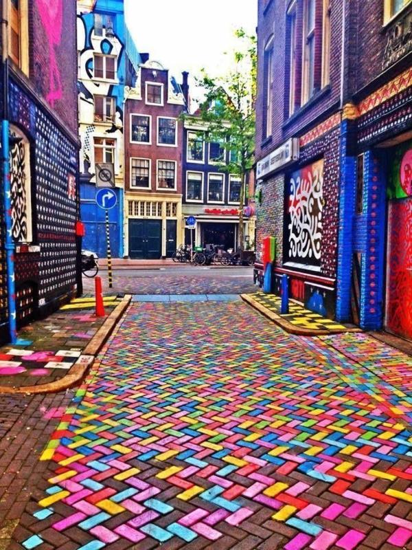eine-unglaubliche-Straße-mit-fantastischen-Farben