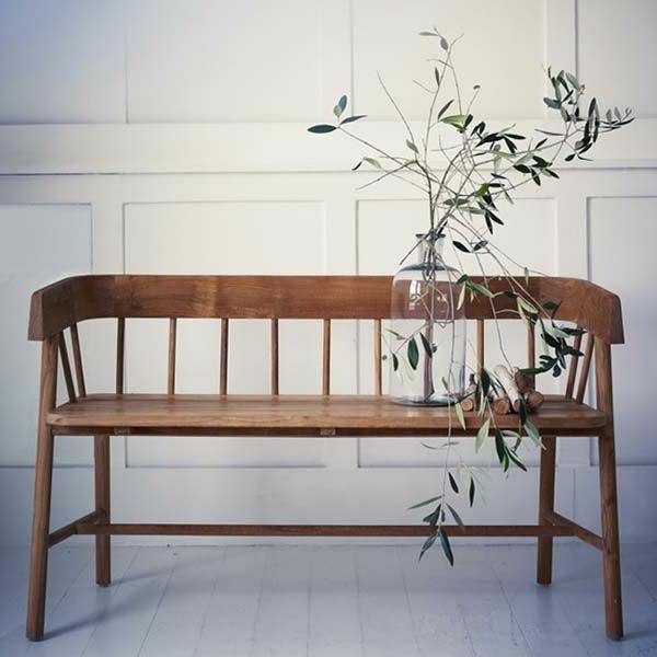 einen-modernen-Flur-mit-Sitzbank-gestalten-Sitzbank-aus-Holz