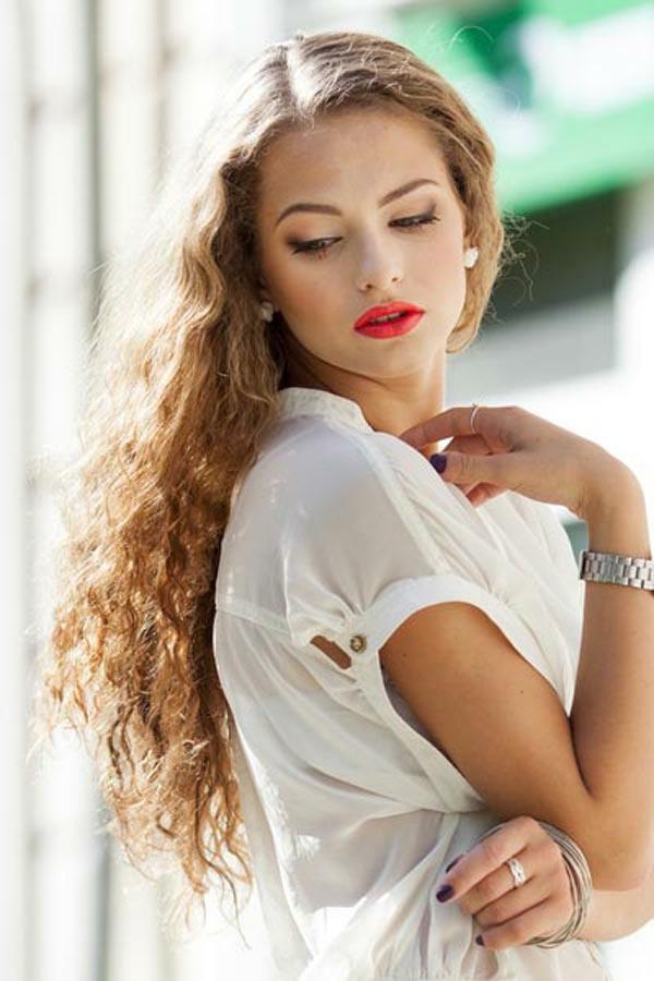 einfache-frisuren-für-lange-haare-rote-lippen-und-helle-haare