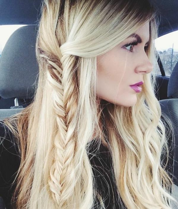 einfache-frisuren-sexy-frau-mit-blonden-haaren-im-auto