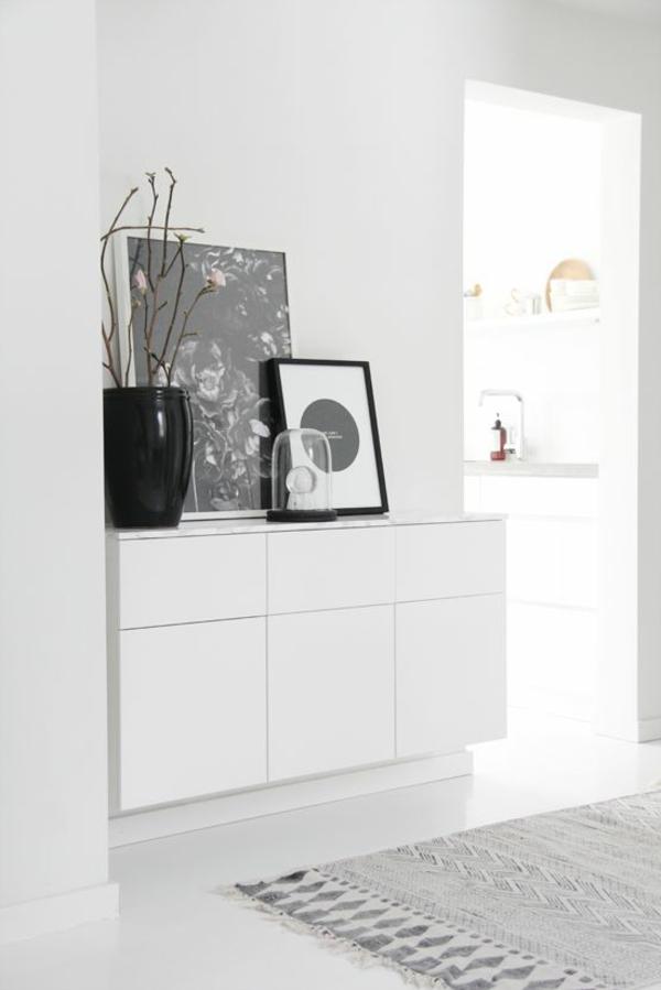 elegante-Atmosphäre-in-der-Wohnung-mit-weißen-Flurmöbeln