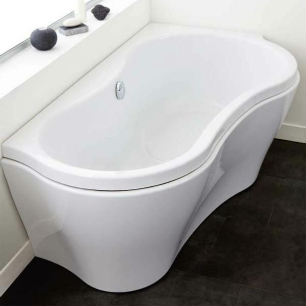 elegante-weiße-badewanne-mit-schürze