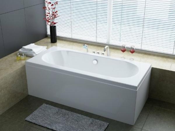 elegantes-modell-von-badewanne-mit-schürze