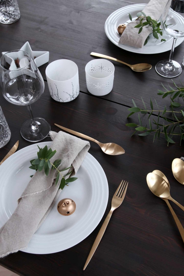 esstisch deko, goldenes geschirr, weiße teller, servietten aus leinen, weiße teelichthalter