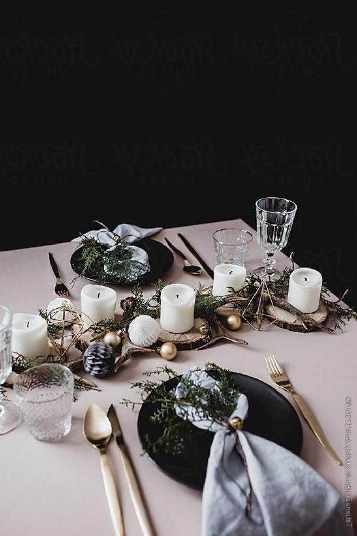 esstisch deko ideen zu weihnachten, weiße kerzen, kleine goldene weihanchtskugel, graue servietten