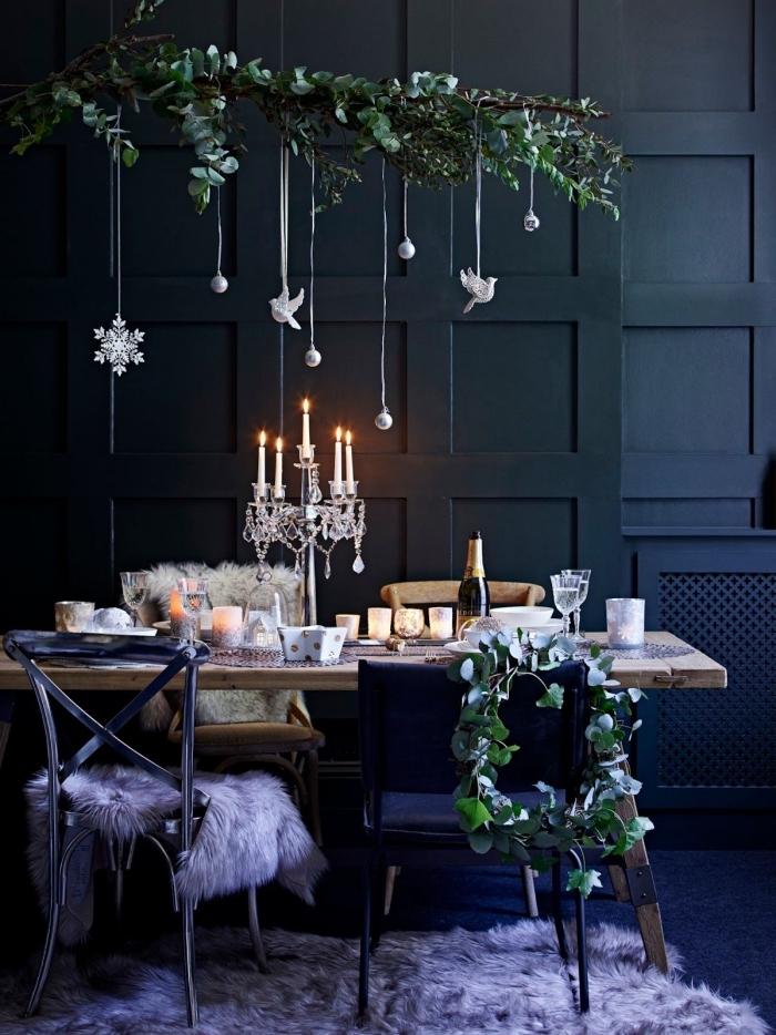 esstisch deko, schwarze wand, großer kerzenständer, hängedeko aus zweige, festliche esstischdeko