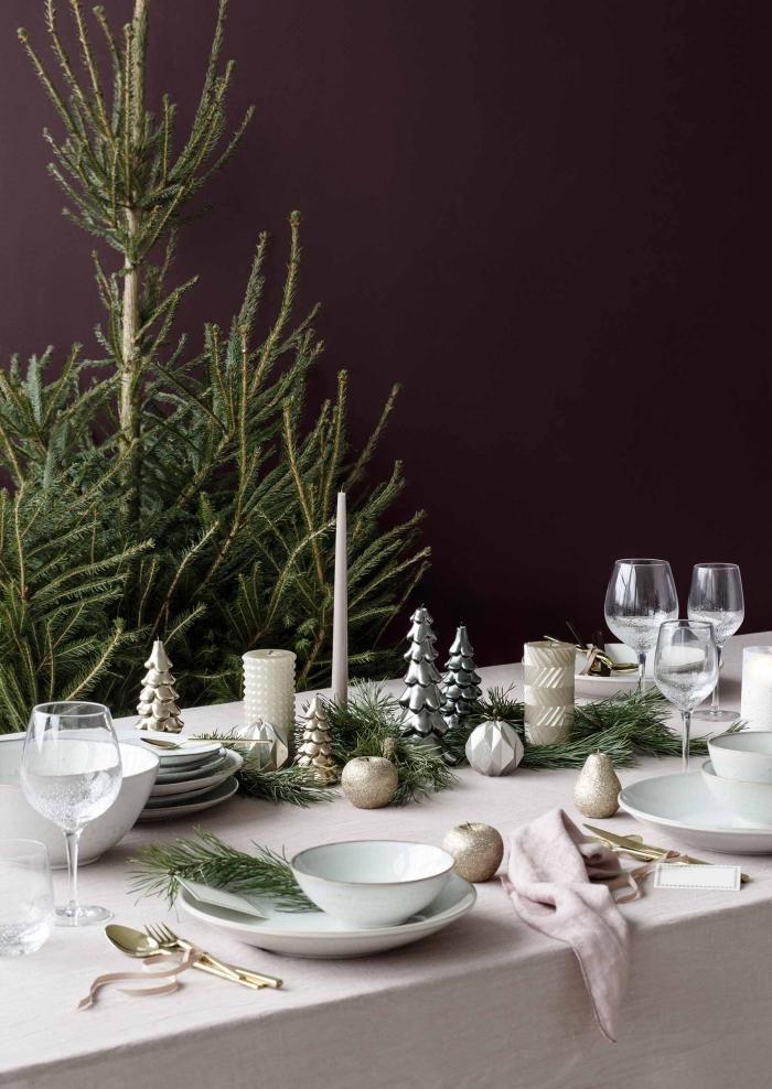 esstisch deko, großer tannenbaum, kleine silberne und goldene figuren, festliche ischdeko