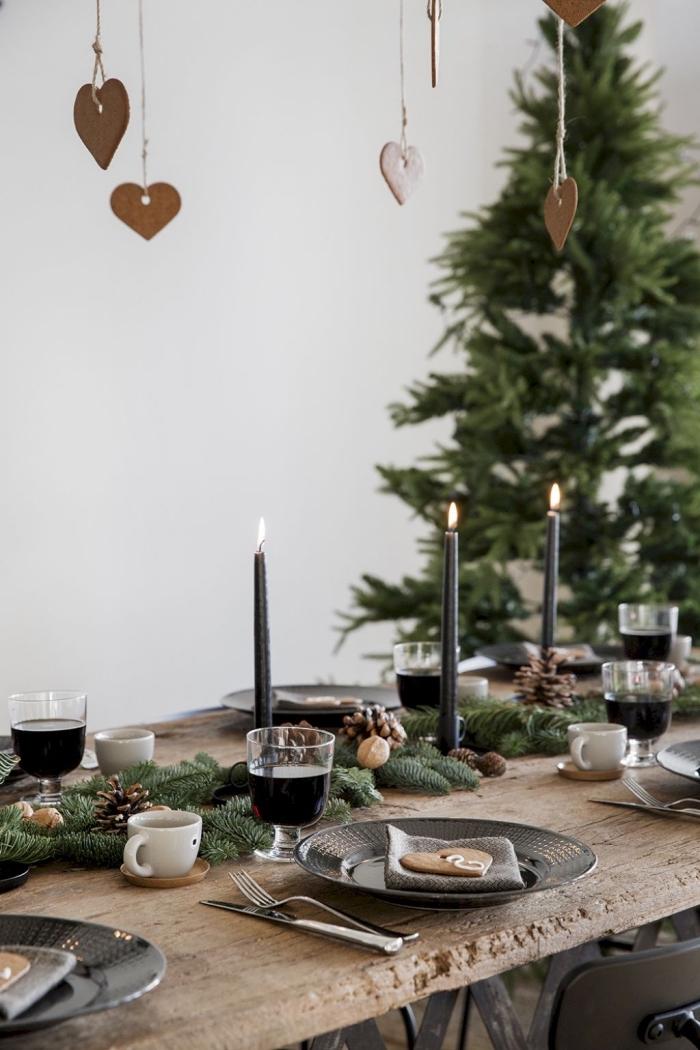 esstisch deko weihnachten, tischdekoration in rustikalm stil, schwarze kerzen