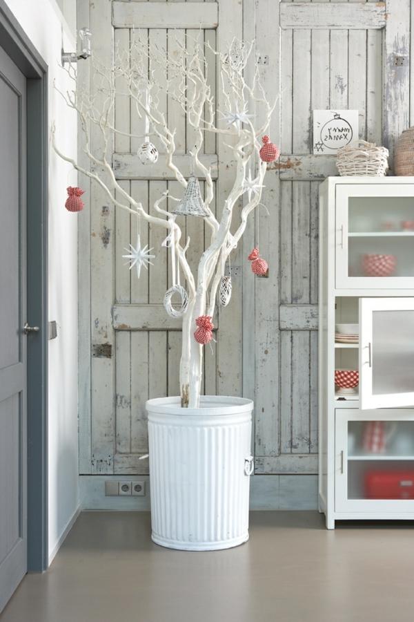 weiße weihnachtsdeko - baum im zimmer , wie weihanchtsbaum dekoriert