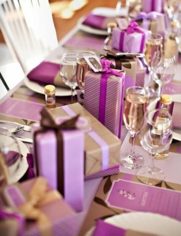 -fantastische-Dekoideen-Weihnachtsdekoration-Tisch-in-Lila