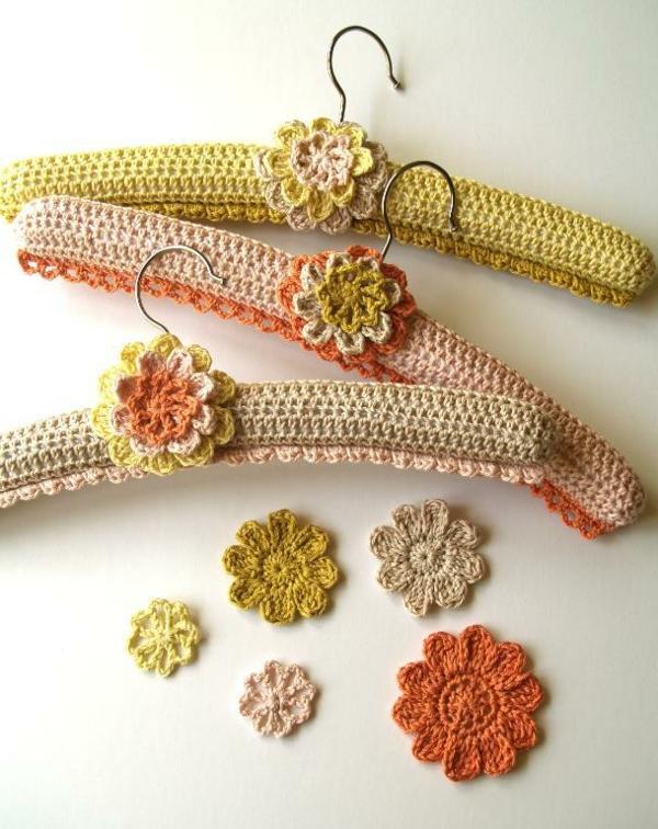 fantastische-Idee-wunderbare-umhäkelter-kleider-bügel