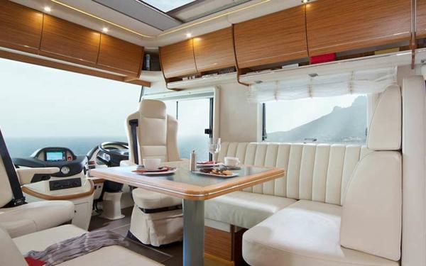 -fantastisches-Wohnmobil-mit-modernem-Interior-Design-