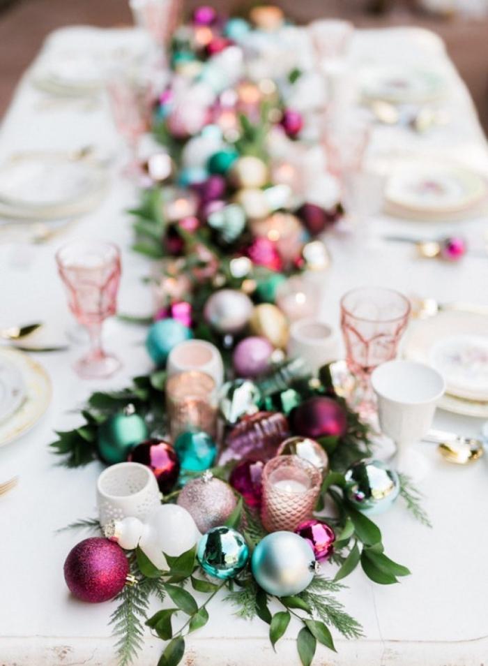 farbenfrohe tischdeko weihnachten, tischläufer aus grünen zweigen und bunten weianchtskugeln