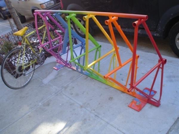 farbiger-Fahrrad-Ständer-aus-Metall