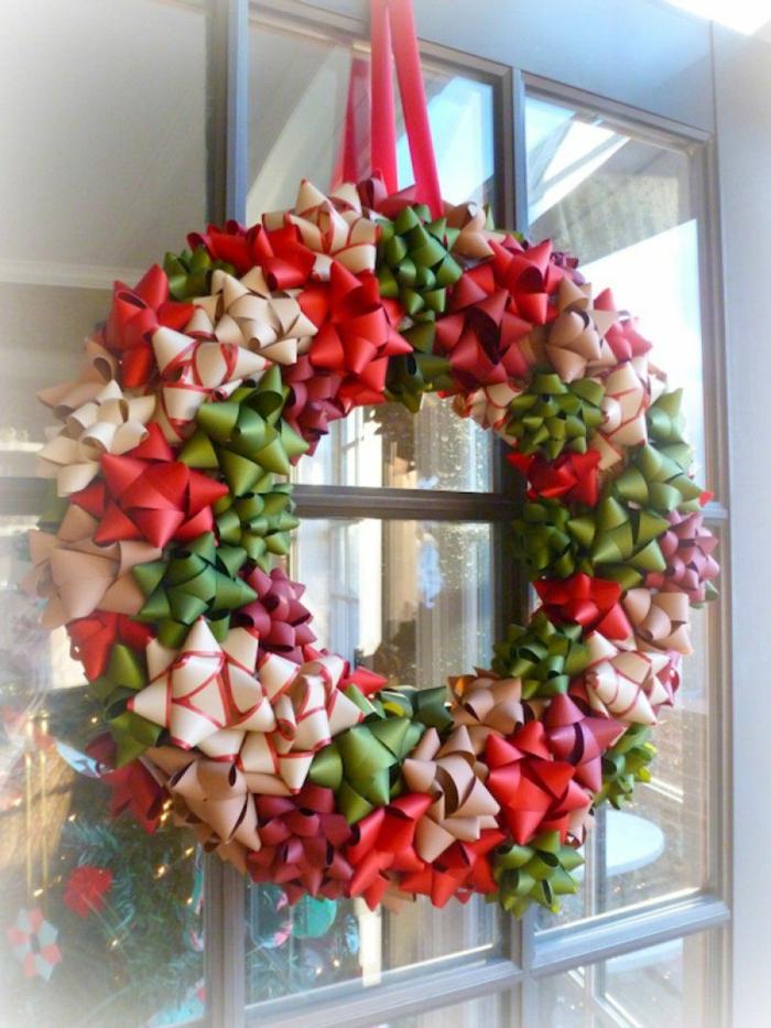 fenster deco weihnachten kranz aus schleifen rosa rot farben an die tür am fenster hängen