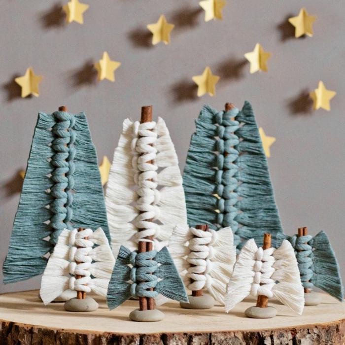 fenster deko weihnachten selber machen tannenbäume aus makramee und zimt basteln grüne und weiße bäume