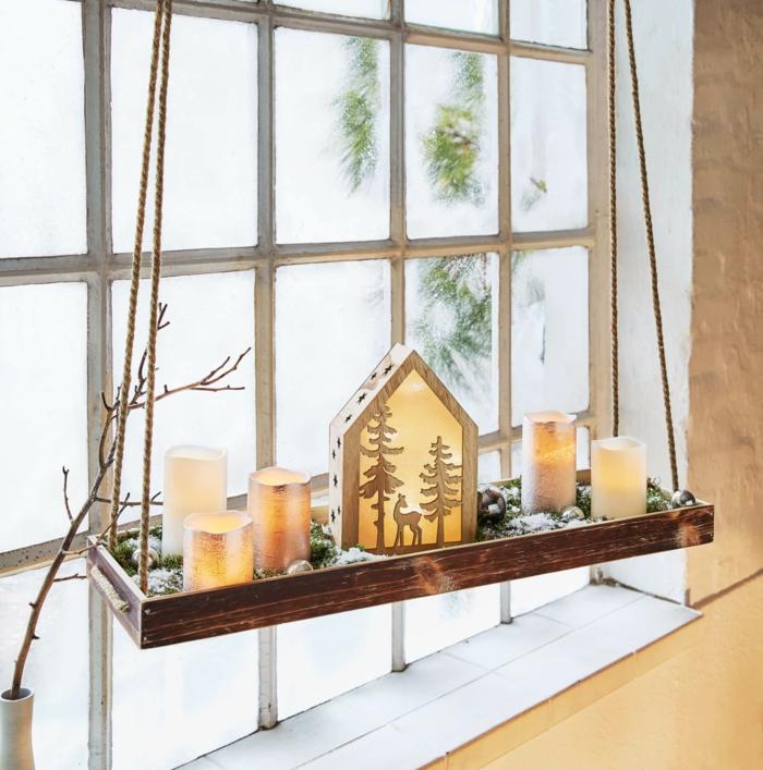 fensterdeko zu weihnachten fensterbank holztablete am fenster hängen weihnachtsdeko figuren teekerzen leuchten